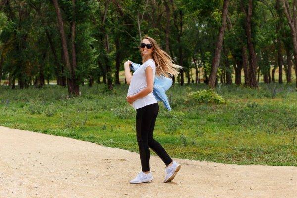 المشي في الشهر السابع للحامل وهل يضر بها